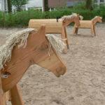 Blitz, Krümel und Sternenschweif sind unsere drei Holzpferde und ein sehr beliebter Spielbereich auf unserem Sandplatz.